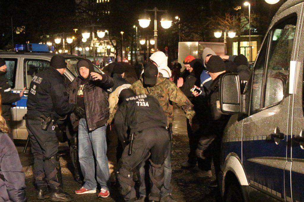 "Symbolbild: Kontrollen bei ""Pegida Hannover""-Demonstrationen"