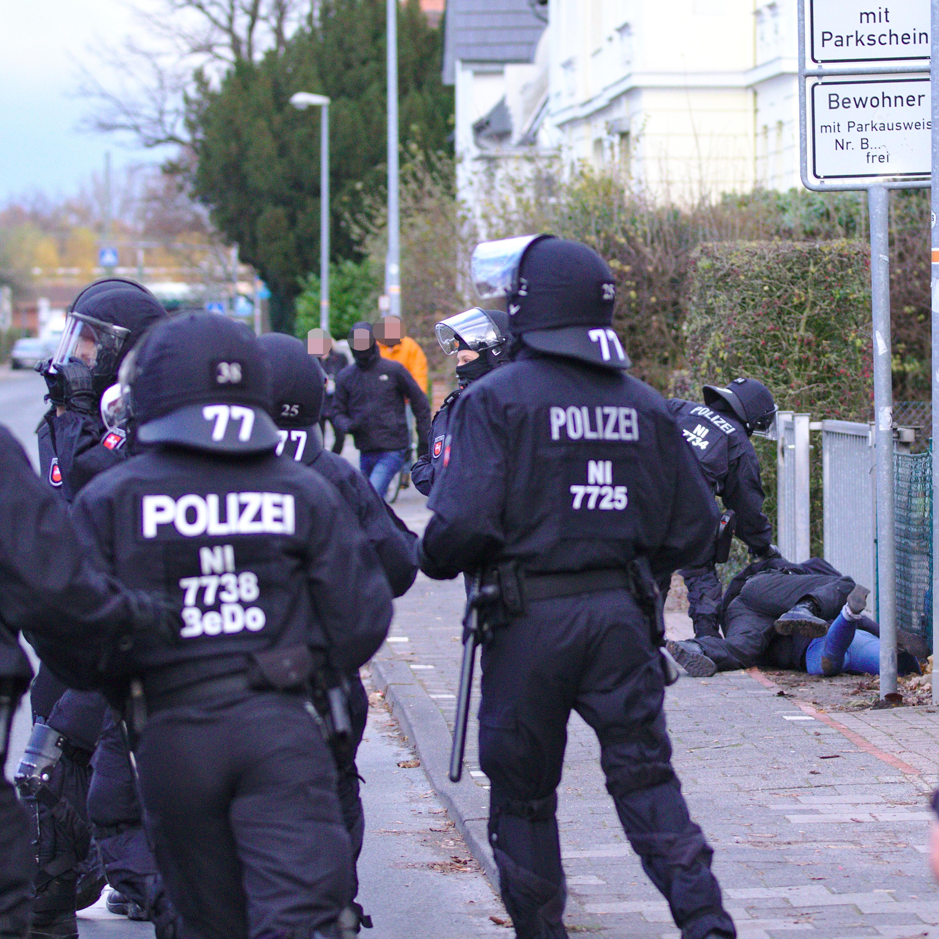 Gewaltsames Vorgehen der Polizei gegen Gegenprotestler*innen