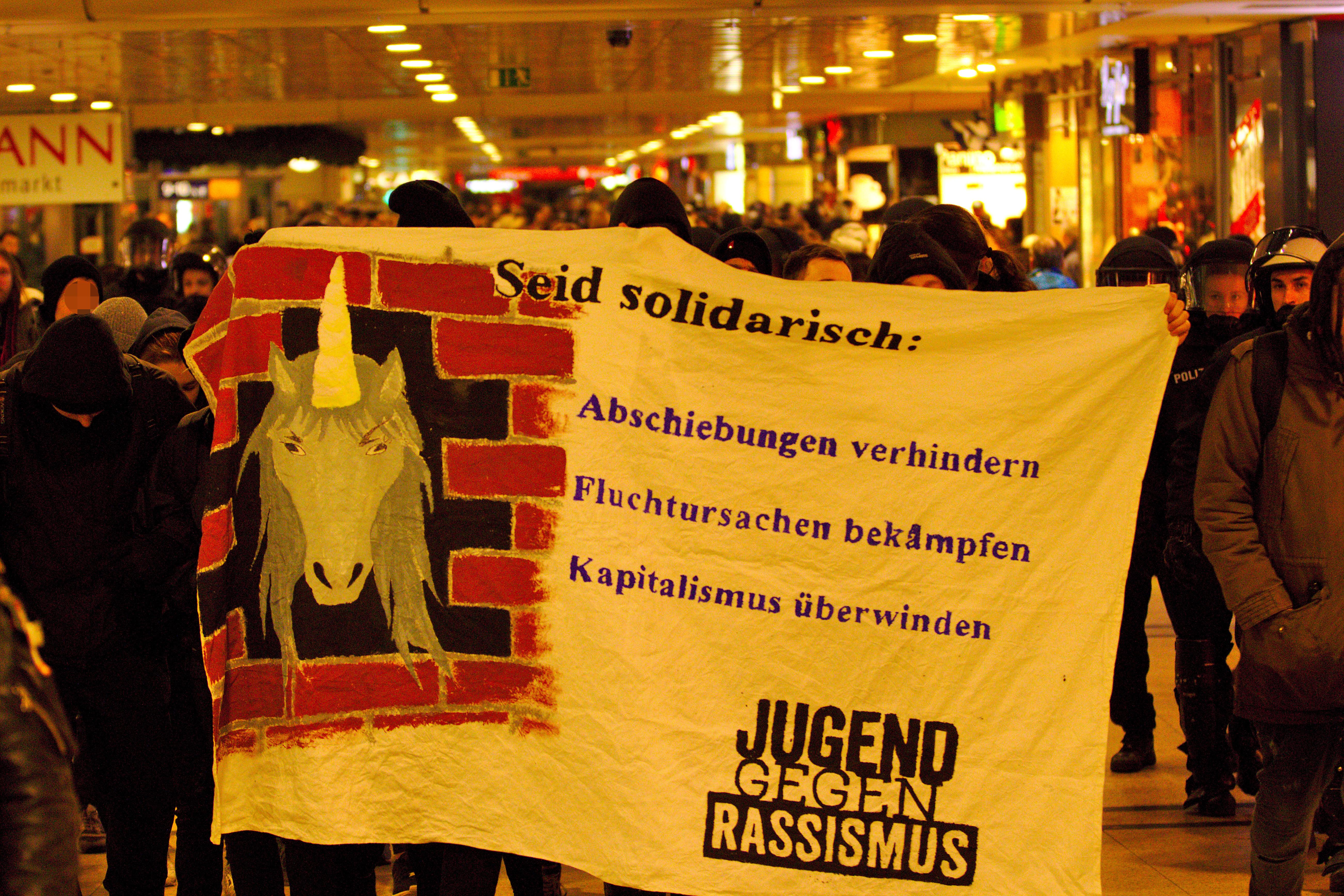 Spotandemonstration von Antifaschist*innen durch den hannoverschen Hauptbahnhof