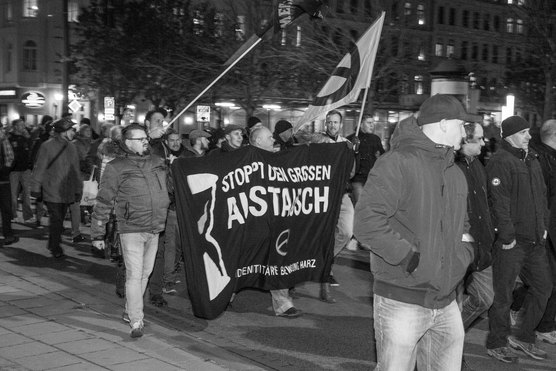"""""""Europa - Jugend - Reconquista"""" - eine Parole die Mehrfach zu hören war"""