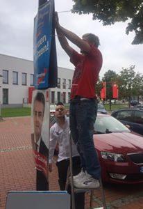 B. und W. beim plakatieren von AfD Wahlplakaten